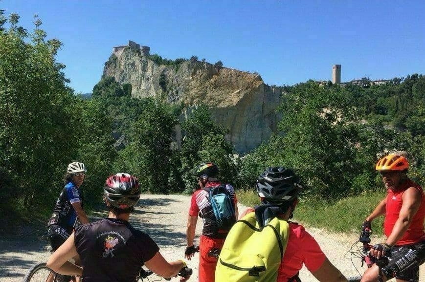 In bicicletta a San Leo, ebike mtb tra sport e magia