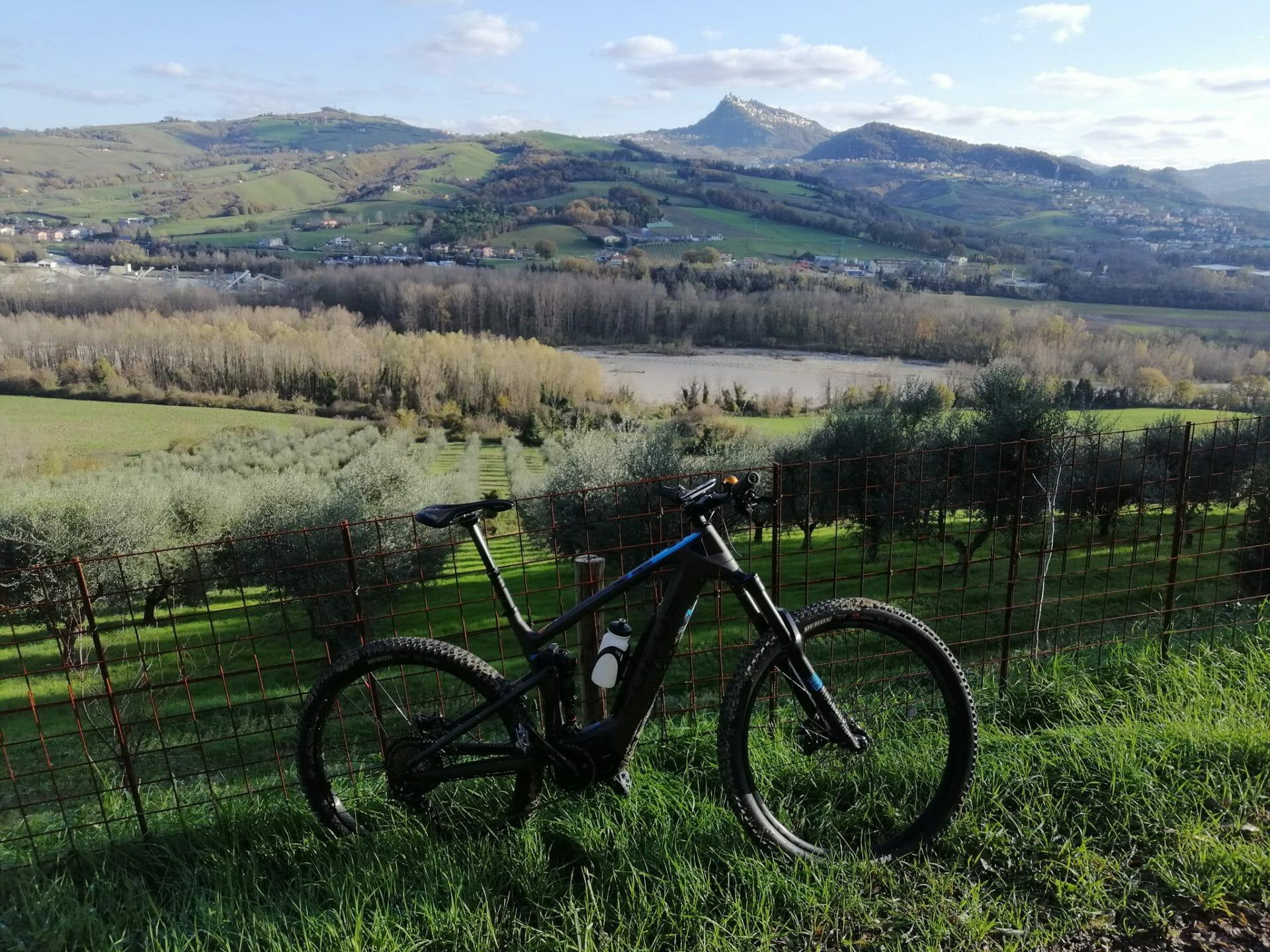 La curiosità viene pedalando in mountain bike elettrica